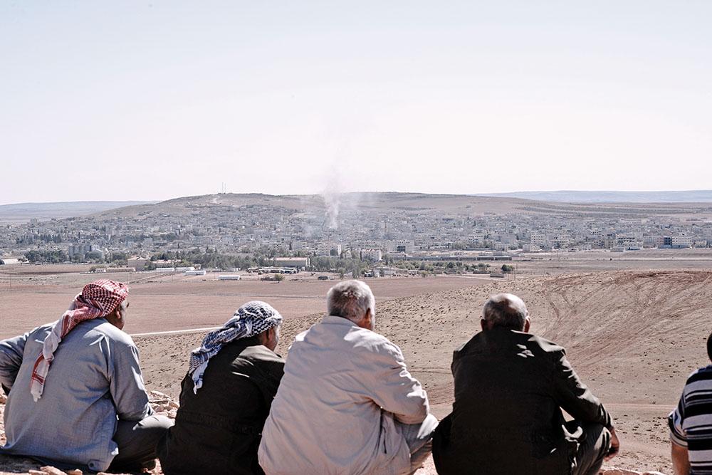 Жители Сирии наблюдают за военными действиями