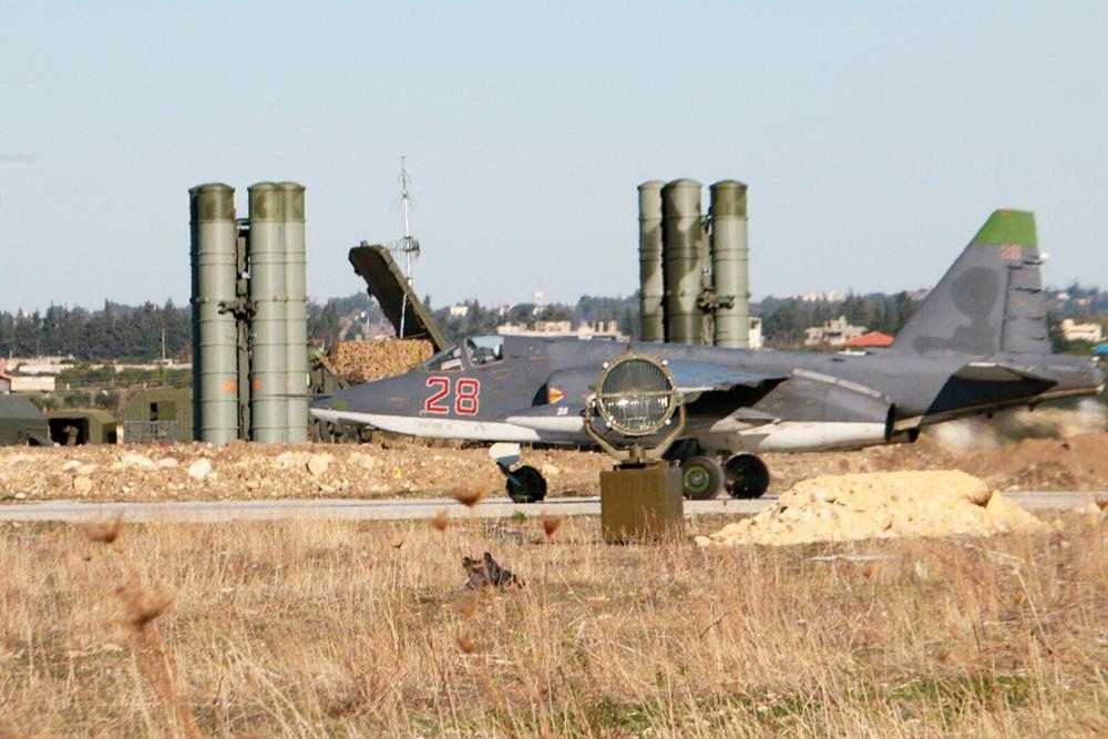 Зенитно-ракетные комплексы С-400 и штурмовик Су-25 группировки ВКС России в Сирии