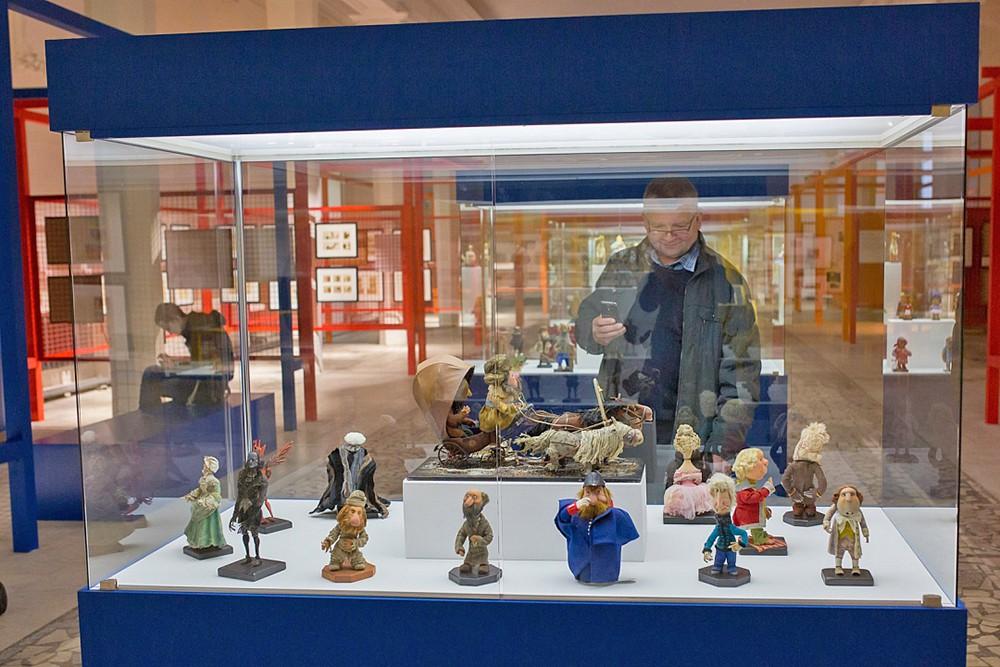 Посетители выставки советской анимации