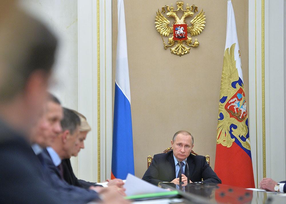 Президент России Владимир Путин проводит совещание с членами правительства России