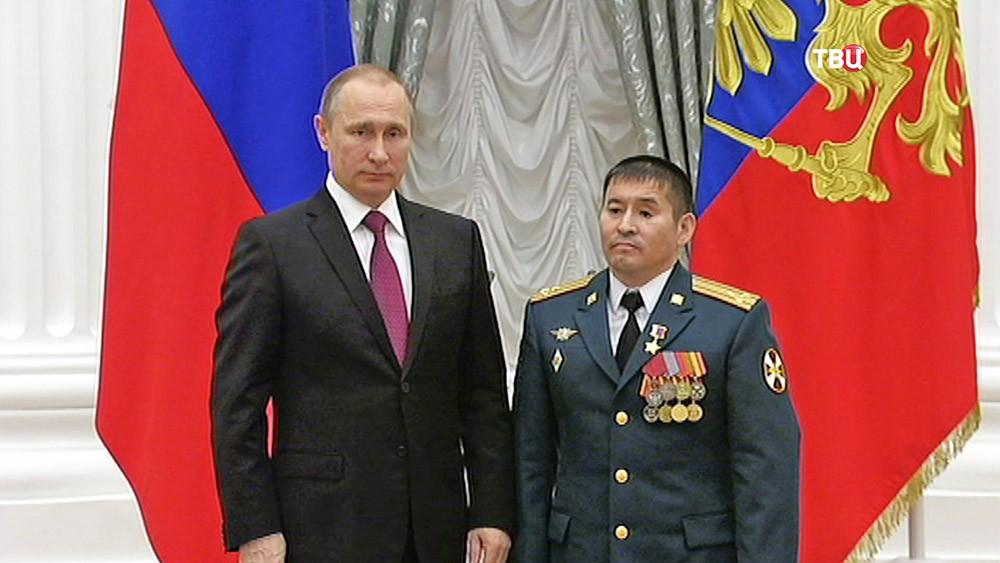 Президент России Владимир Путин вручает госнаграду