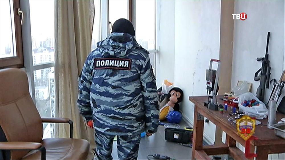 Полиция проводит обыск в квартире