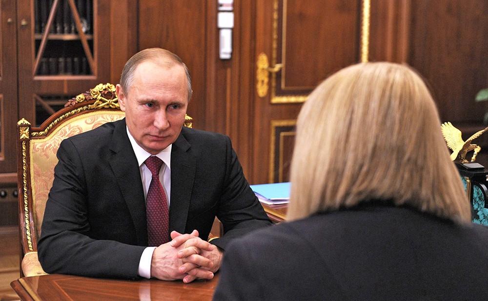 Президент России Владимир Путин и уполномоченным по правам человека в России Эллой Памфиловой