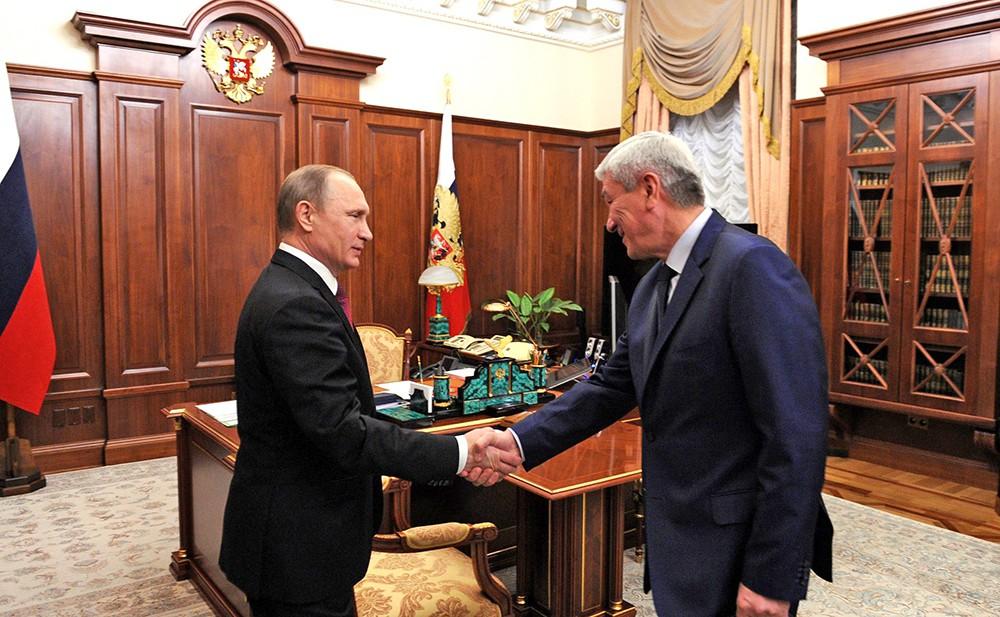 Президент России Владимир Путин и руководитель Федеральной службы по финансовому мониторингу Юрий Чиханчин