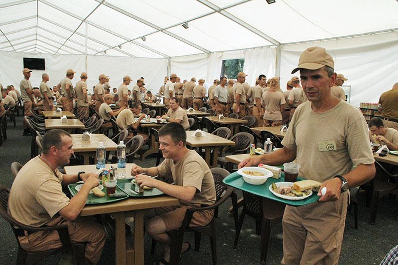 Военнослужащие России обедают на базе Хмеймим в Сирии