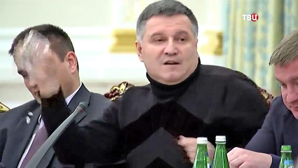 Арсен Аваков кидает стакан в Михаила Саакашвили