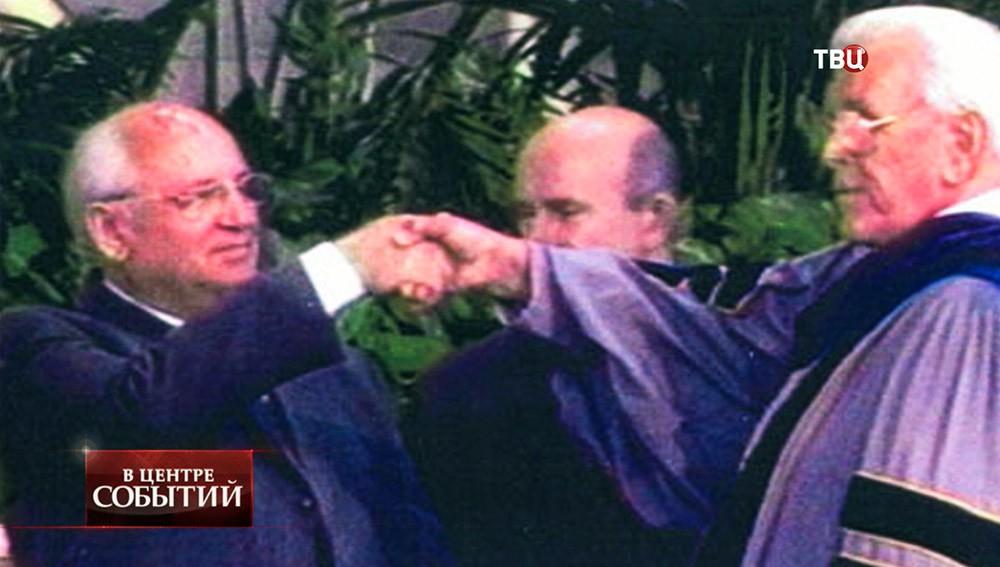 Михаил Горбачёв и телепроповедник Роберт Шуллер жмут руки