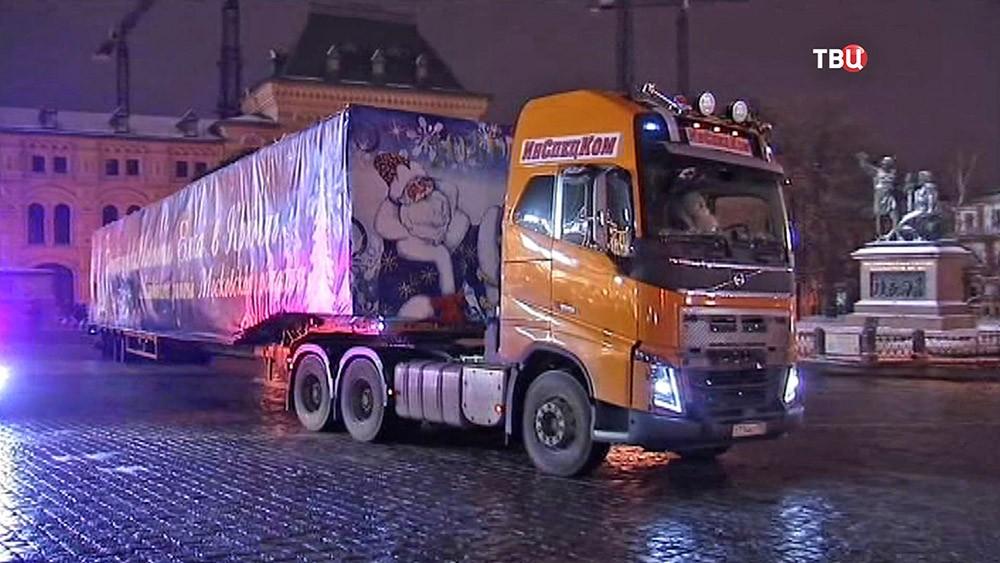 Главную новогоднюю елку доставили в Кремль
