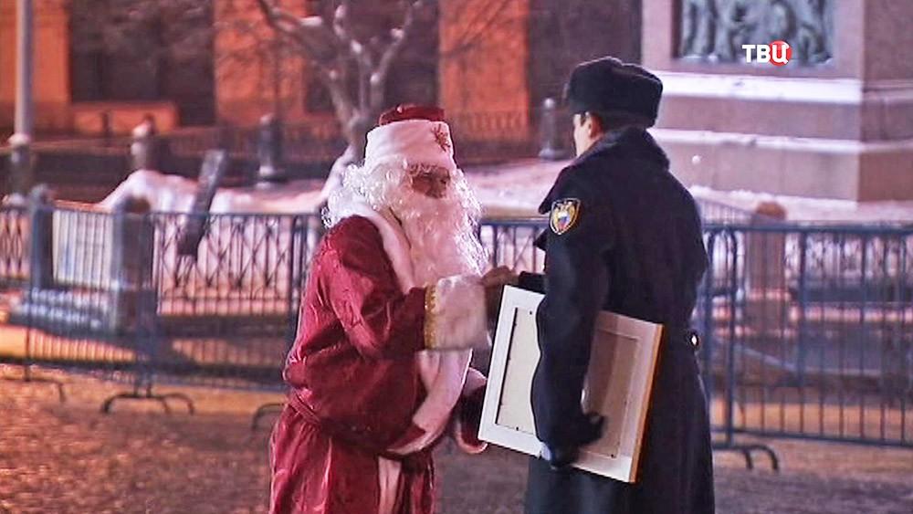 Главную новогоднюю елку привезли в Кремль