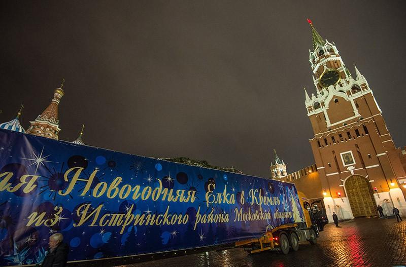 Грузовик ввозит главную Новогоднюю елку страны в ворота Спасской Башни Московского Кремля