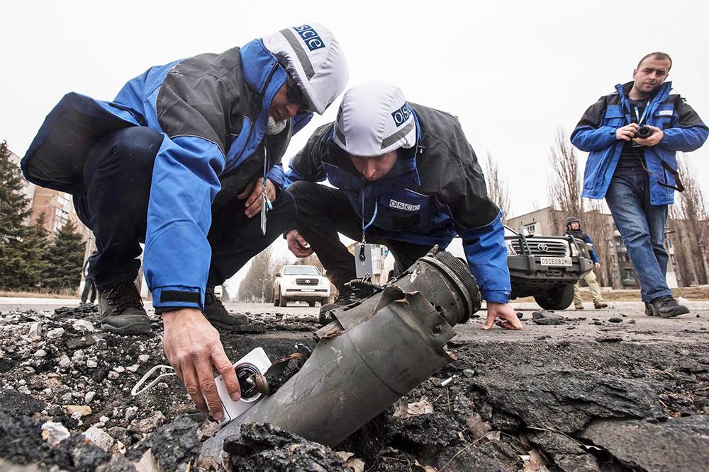 Наблюдатели ОБСЕ на месте обстрела в Донбассе