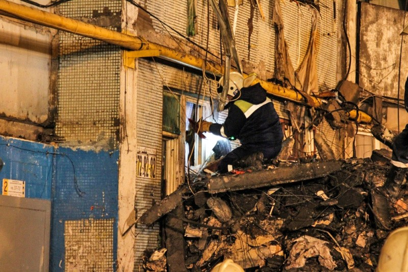 Сотрудники МЧС России на месте взрыва бытового газа в многоэтажном доме в Волгограде