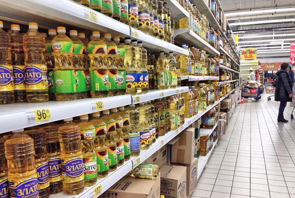 Стелаж с подсолнечным маслом в супермаркете