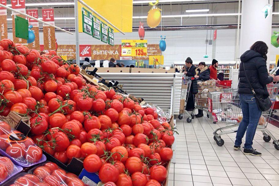 Помидоры на прилавке в супермаркете