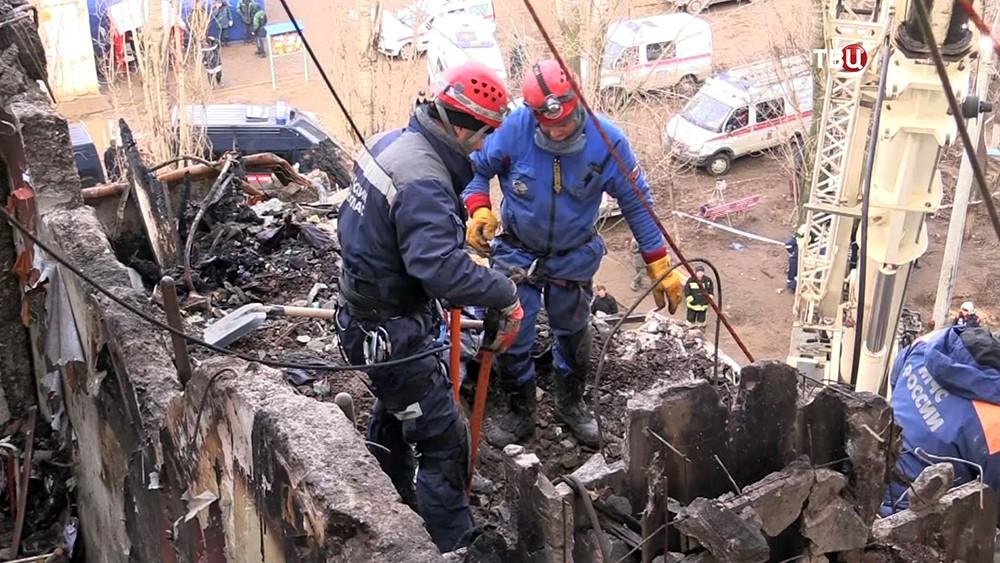 Сотрудники МЧС России на месте взрыва бытового газа