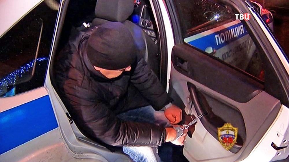 Задержанный в машине полиции
