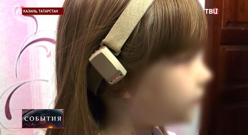 Слуховой аппарат у девочки-инвалида