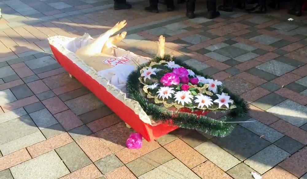 Свиная туша в гробу у здания Верховной Рады Украины