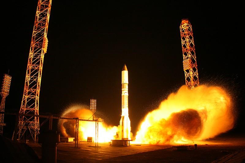 """Старт ракеты-носителя """"Протон-М"""" с телекоммуникационным космическим аппаратом """"Экспресс"""""""