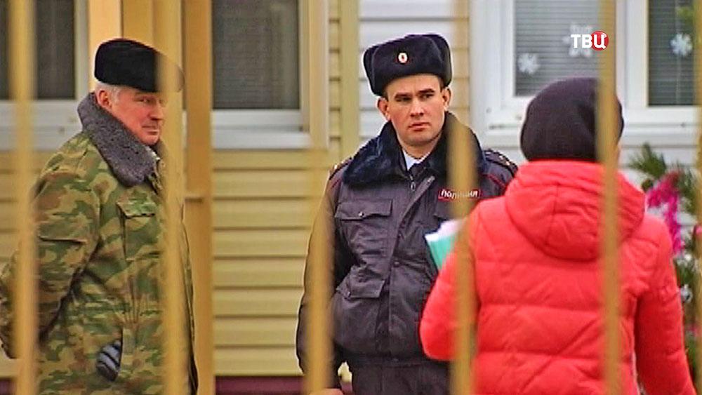 Полицейский на территории детского сада