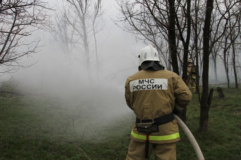 Сотрудник МЧС России во время тушения возгорания