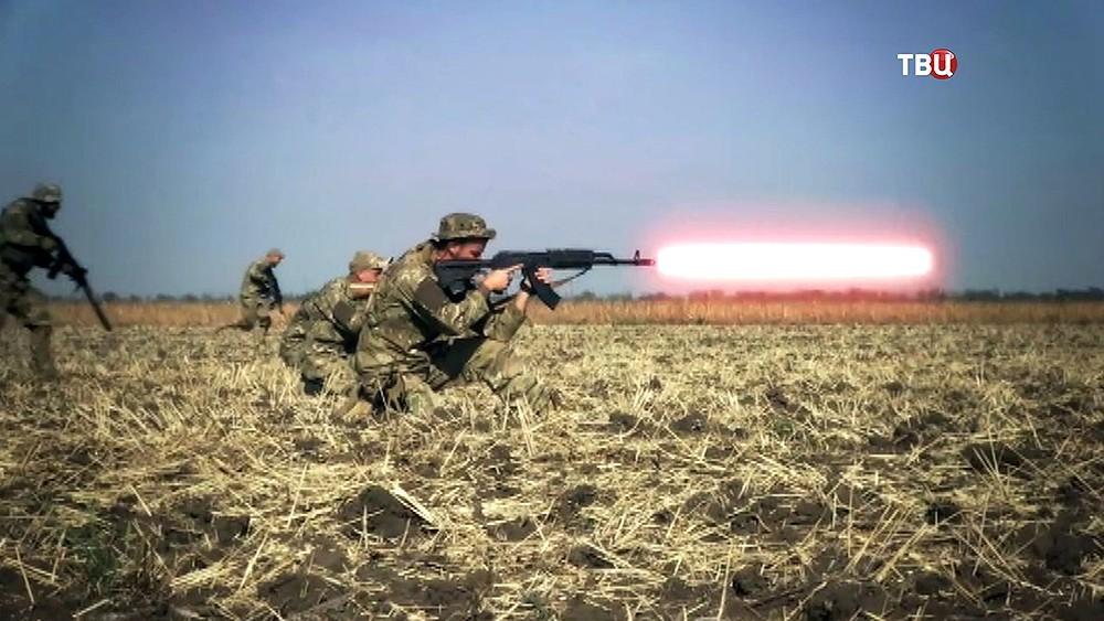 """Бойцы украинского """"Азов"""" стреляют из лазерных ружей"""