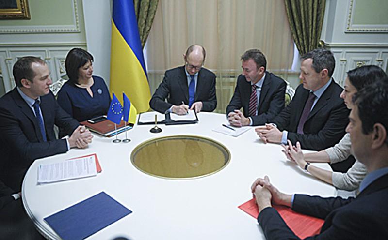 Арсений Яценюк подписывает соглашение с МВФ