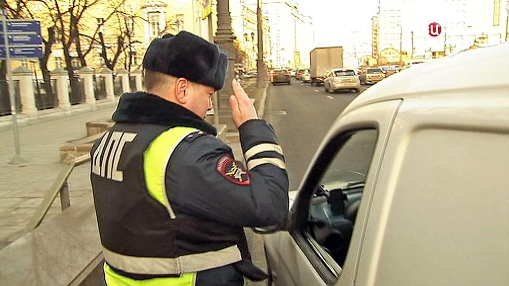 Инспектор ДПС остановил водителя для проверки