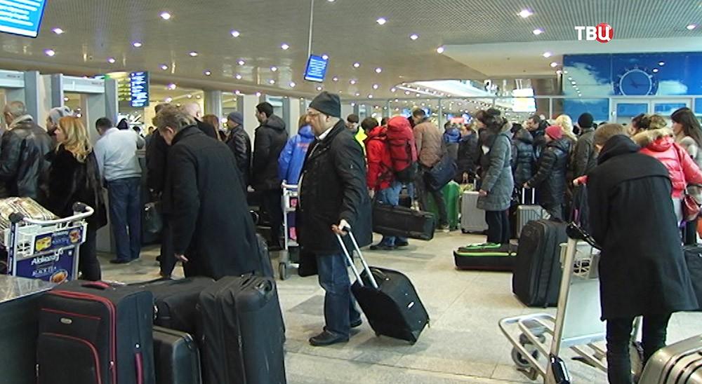 Пассажиры во время регистрации в аэропорту