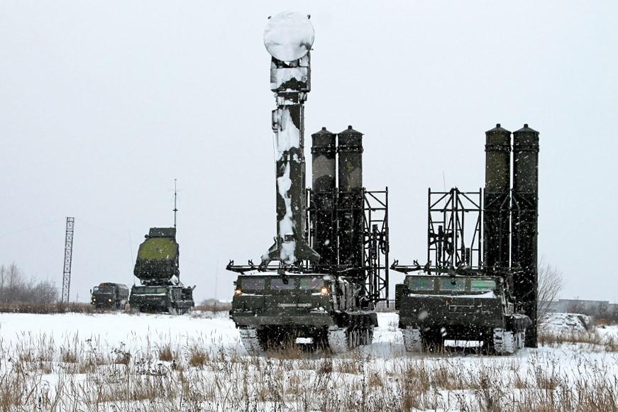 Расчеты зенитных ракетных комплексов С-300ВМ
