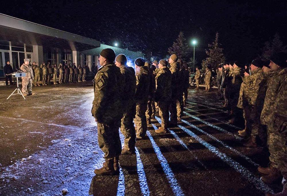 Президент Украины Пётр Порошенко посетил воинскую часть в Донбассе