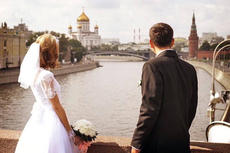 Молодожены на фоне Москвы