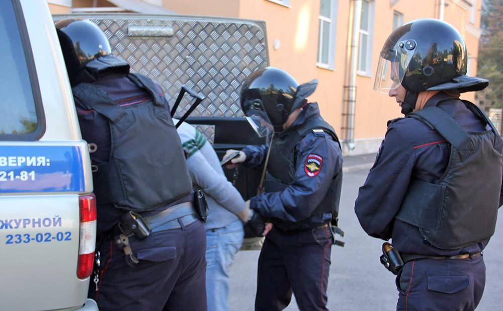 Полиция ведет задержанного