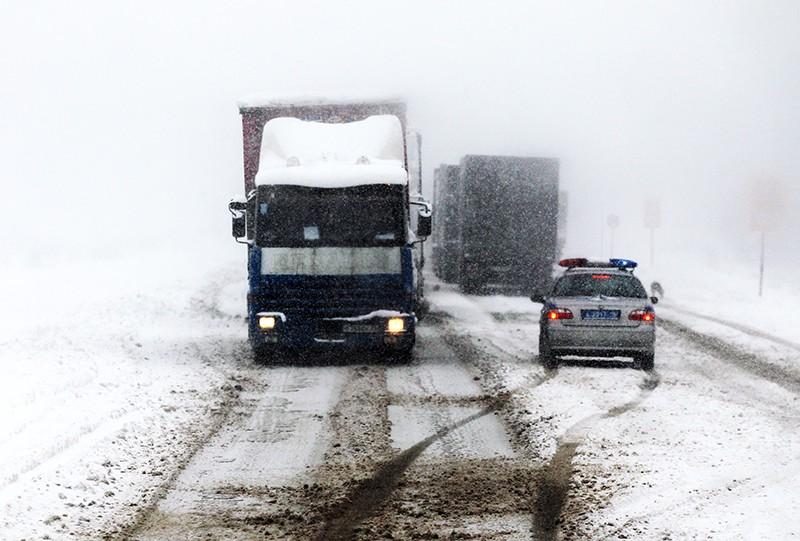 Автомобильная пробка из-за сильного снегопада