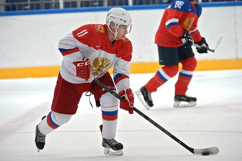 Президент России Владимир Путин принимает участие в тренировке по хоккею