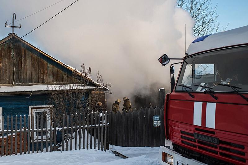Сотрудники пожарной охраны на месте возгорания
