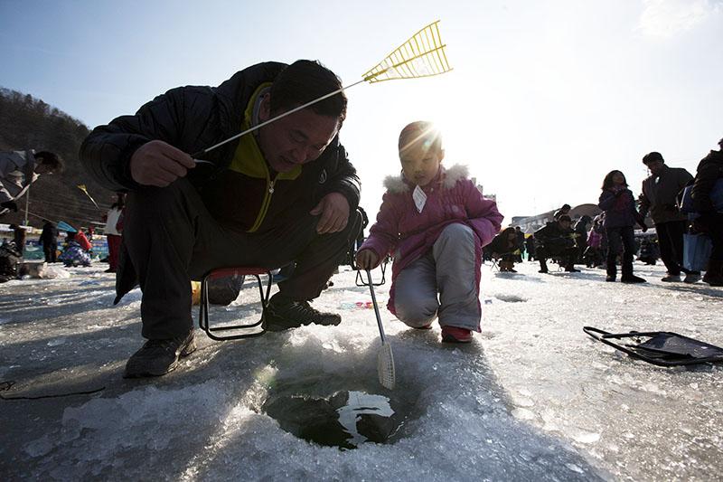 Участники массовой рыбалки в Южной Кореи