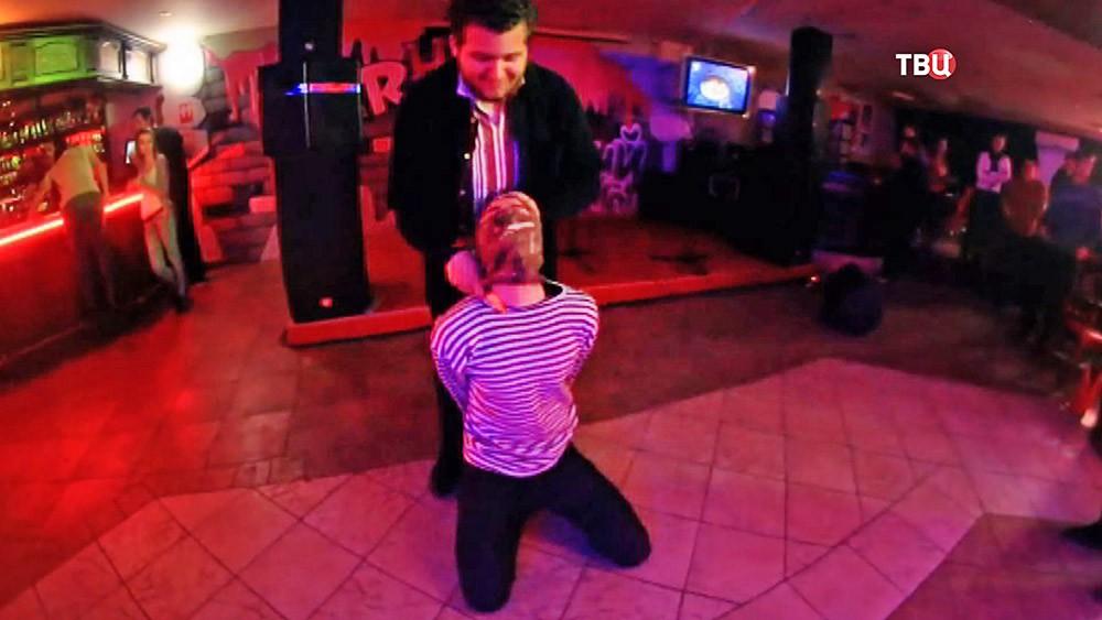Инсценировка казни российского пилота в киевском клубе