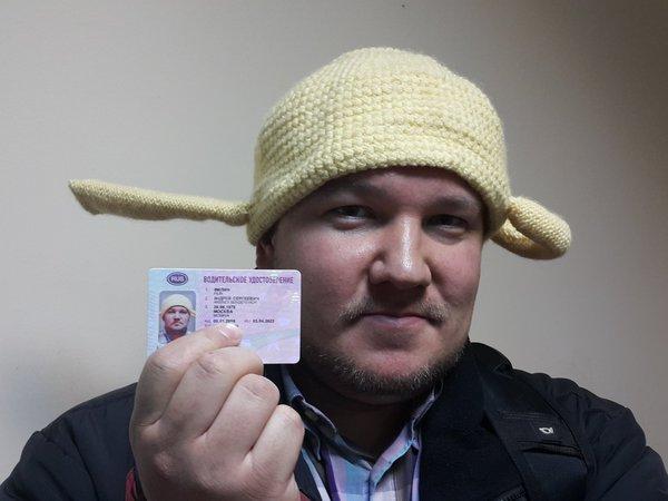 Москвич Андрей Филин демонстрирует своё водительское удостоверение