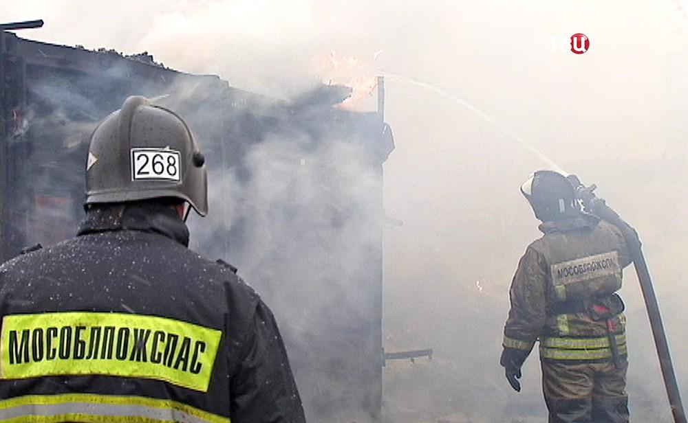 Пожарные Московской области на месте возгорания