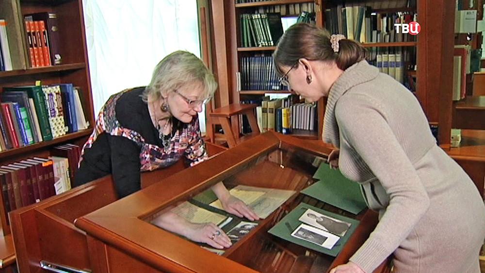 Работники библиотеки готовят экспонаты к выставке