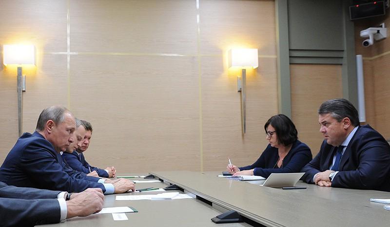 Президент России Владимир Путин и вице-канцлер, министр экономики и энергетики Германии Зигмар Габриэль во время встречи
