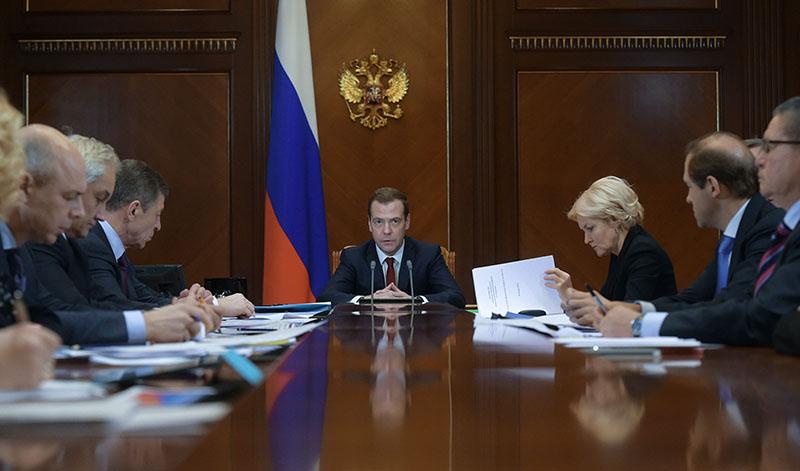 Председатель правительства России Дмитрий Медведев проводит совещание по финансово-экономическим вопросам