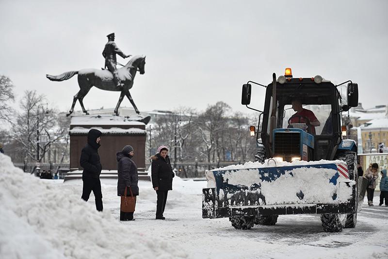 Уборка снега на Манежной площади после сильного снегопада