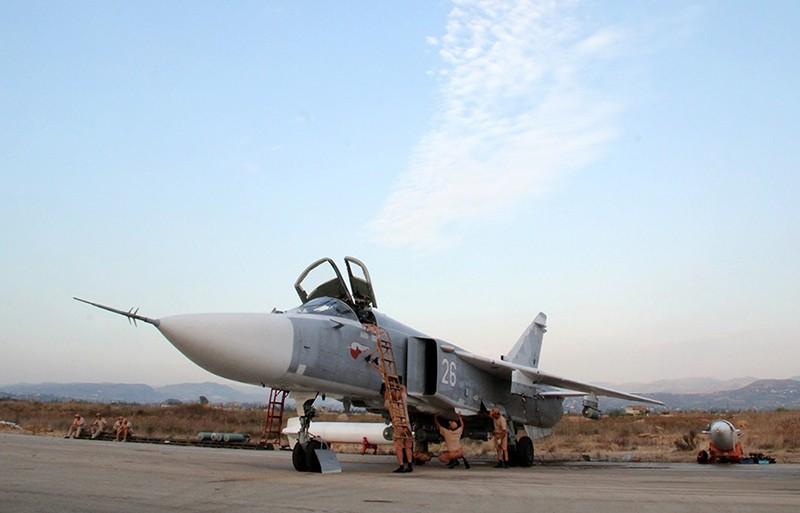 """Технический персонал обслуживает российский самолет Су-24 в аэропорту """"Хмеймим"""" в Сирии"""
