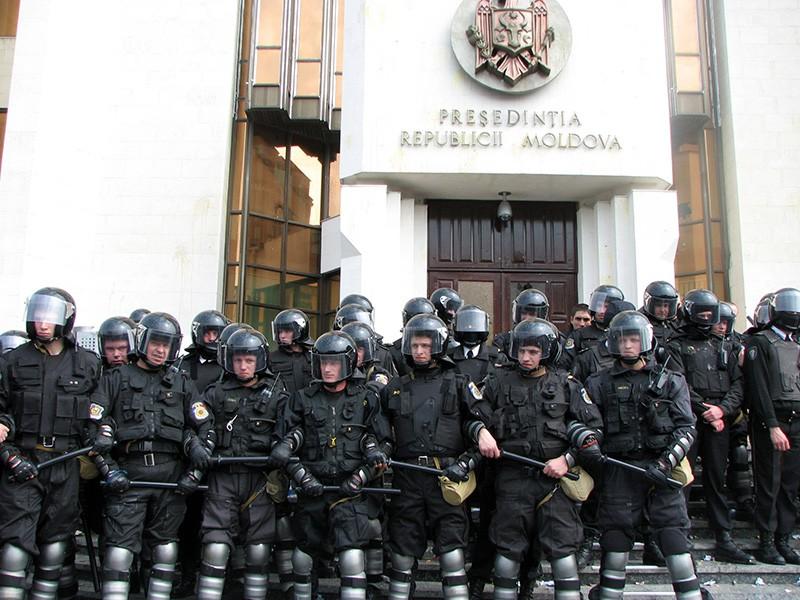 Полиция Молдавии у здания администрации президента