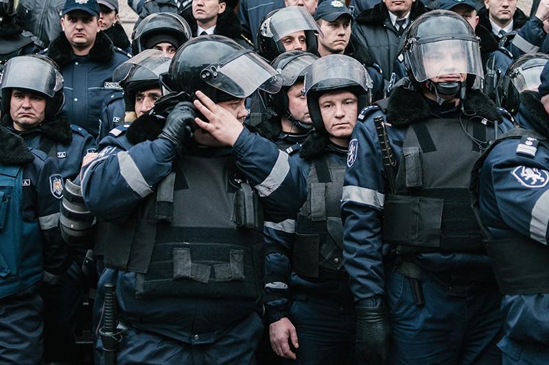 Сотрудники правоохранительных органов стоят в оцеплении во время антиправительственного протеста у здания МВД Молдавии в Кишиневе. Рекадрированный