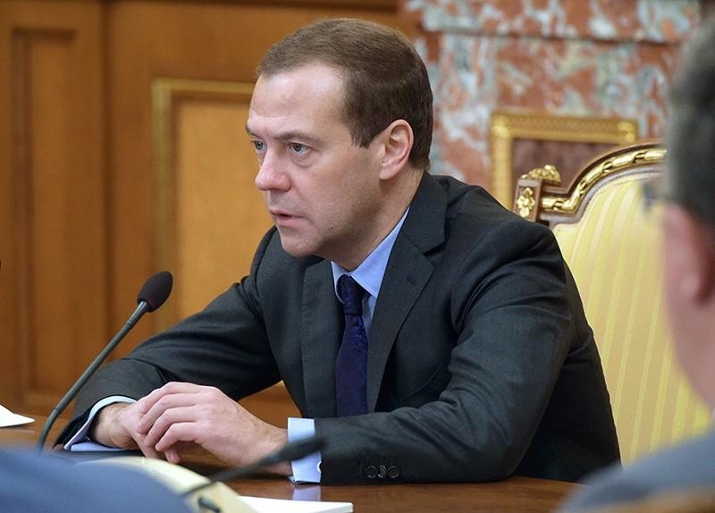 Председатель правительства России Дмитрий Медведев проводит совещание с членами кабинета министров РФ