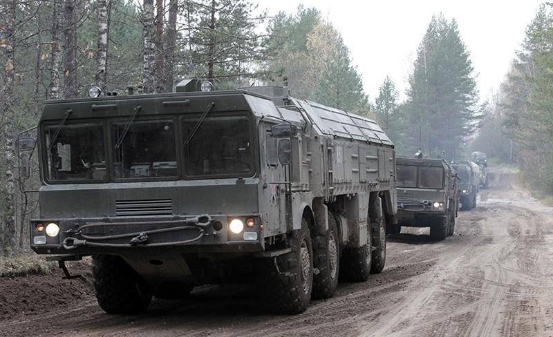 """Выдвижение на позиции высокоточного ракетного комплекса """"Искандер"""" во время учений"""
