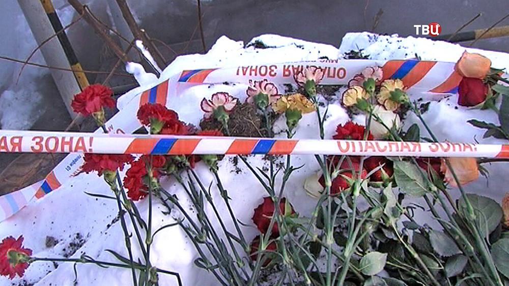 Цветы на месте трагедии на теплотрассе
